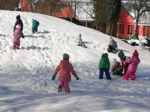 Otroci iz skupine Ježki na snegu
